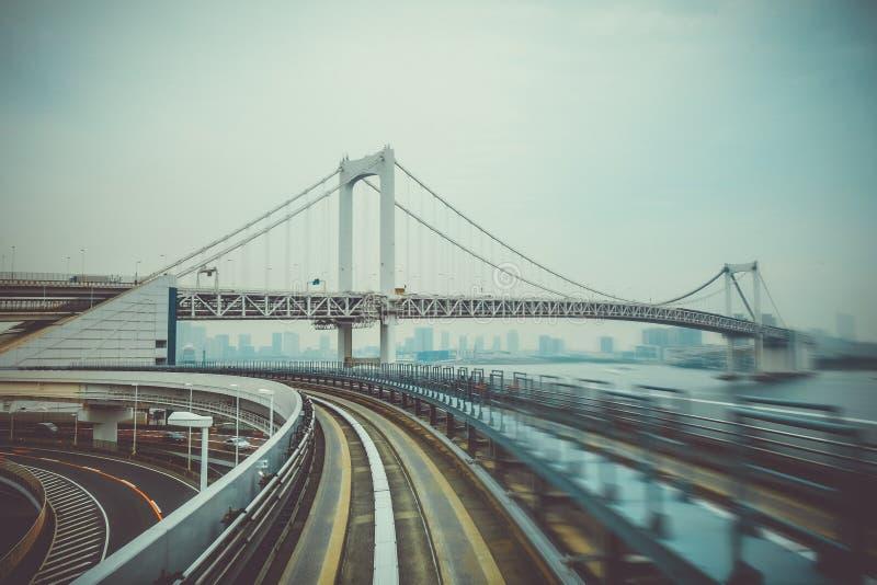 Monotrilho na ponte do arco-íris, baía do Tóquio, Japão fotos de stock
