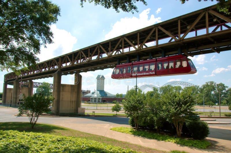 Monotrilho que conecta a cidade com o parque do rio Mississípi fotografia de stock royalty free