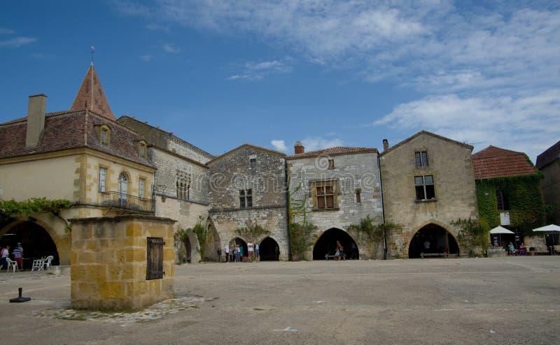 MONPAZIER, ΓΑΛΛΙΑ - 10 ΣΕΠΤΕΜΒΡΊΟΥ 2015: Κύριο τετράγωνο στο bastide Monpazier, Dordogne, Γαλλία, το Σεπτέμβριο του 2015 στοκ φωτογραφίες με δικαίωμα ελεύθερης χρήσης