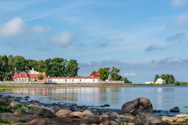 Monplaisir pałac na skalistym brzeg zatoka Finlandia zdjęcia stock