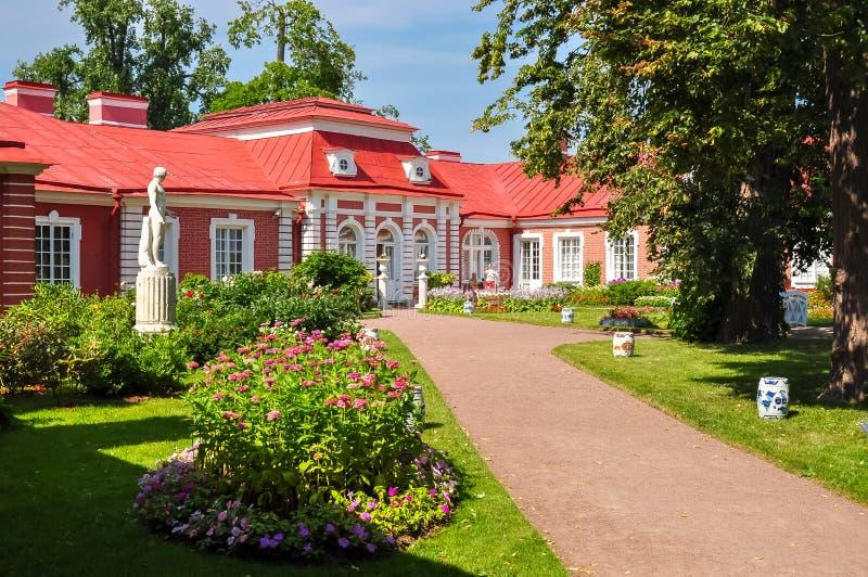 Monplaisir-Palast im unteren Park von Peterhof, St Petersburg, Russland lizenzfreies stockbild