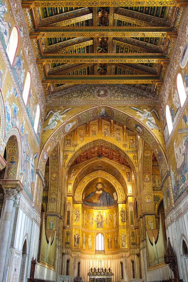 Monreale, Σικελία, Ιταλία - 11 Απριλίου 2019: Καταπληκτικό εσωτερικό του καθεδρικού ναού Monreale, Duomo Di Monreale Χρυσό μωσαϊκ στοκ εικόνες