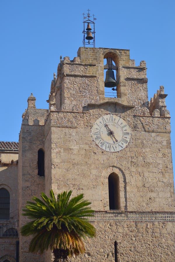 MONREALE, PALERMO, ITALIA - AGOSTO 2015: Colpo esteriore della cattedrale famosa Santa Maria Nuova di Monreale agosto 2015 nel Mo immagini stock libere da diritti
