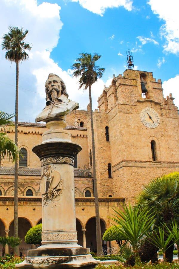 Monreale Sicilien, Italien - April 11th 2019: Berömd domkyrka av Monreale, Duomo di Monreale utifrån med bysten av målaren Novell fotografering för bildbyråer