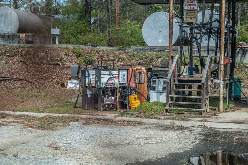 Monroe, Georgia/USA-3/23/17 verwerpt benzinepompen stock foto