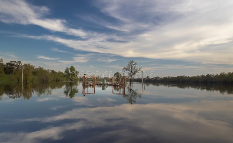 Monroe Louisiana/U S A Mars 22,2019 Forsythe parkerar fartygrampen på Ouachitaet River arkivbild