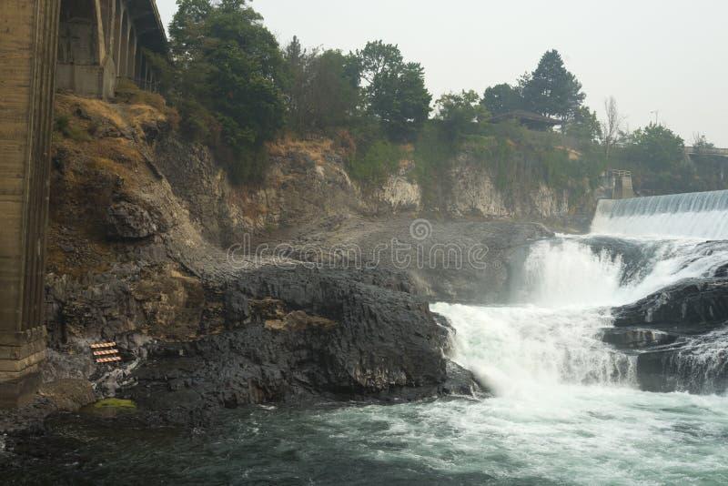 Monroe Street Dam und die niedrigeren Spokane-Fälle stockfotos