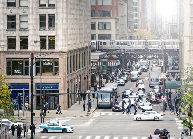 Monroe Street at the intersection with Michigan Avenue in rush hour in the financial district of Chicago stock photography