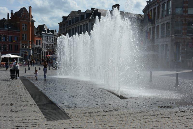 Download MONS, BELGIQUE 28 Juillet 2016 : Fontaine Photographie éditorial - Image du ville, people: 76084402