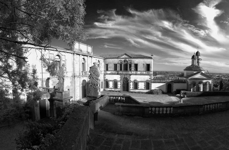 Monselice, Italia - 13 de julio de 2017: Vista del chalet Dudo y de la iglesia de San Jorge imágenes de archivo libres de regalías