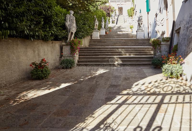 Monselice Italien - Juli 13, 2017: Trappuppgång av villan Nani av Mocenigo i Monselice royaltyfria foton