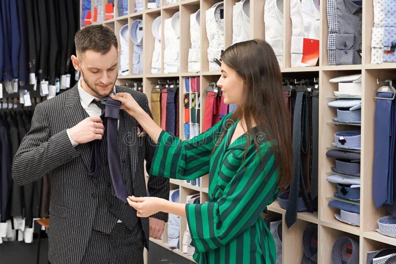 Monsieur dans le costume choisissant le foulard dans la boutique à la mode photos stock