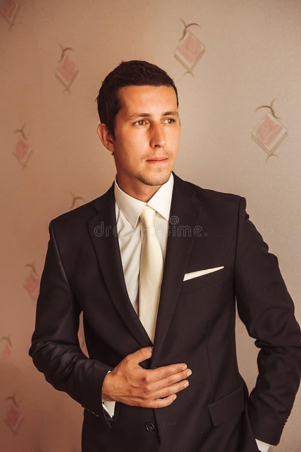 Monsieur dans un costume de mariage images stock
