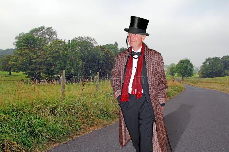 Monsieur de pays marchant à la maison photos libres de droits