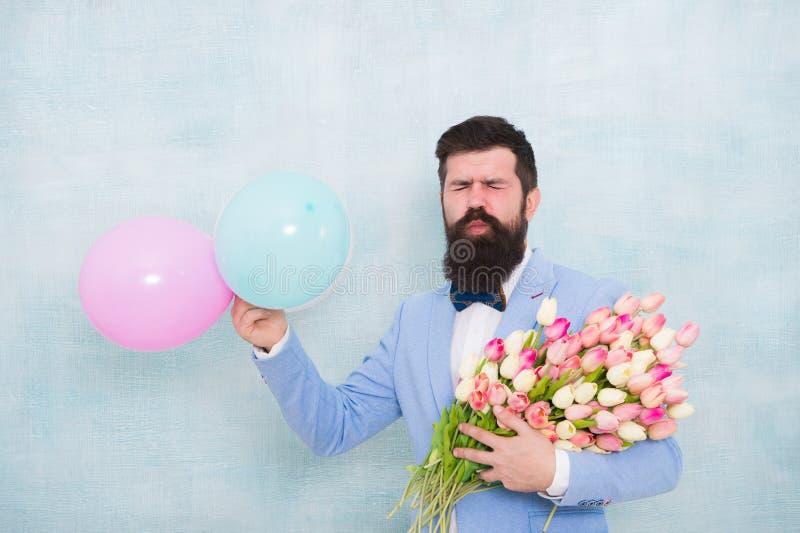 Monsieur faisant la surprise romantique pour elle Fleurit la livraison Date romantique de monsieur Salutations d'anniversaire Pou photos libres de droits
