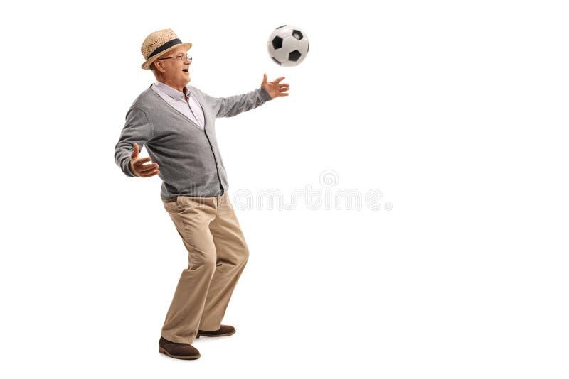 Monsieur supérieur jouant le football photos libres de droits