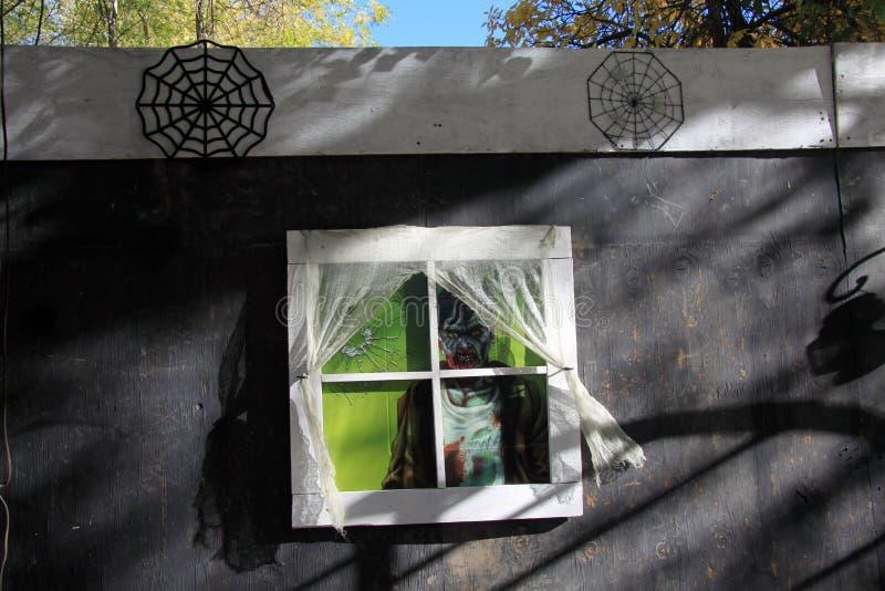 Monster die uit venster van spookhuis kijken royalty-vrije stock afbeeldingen