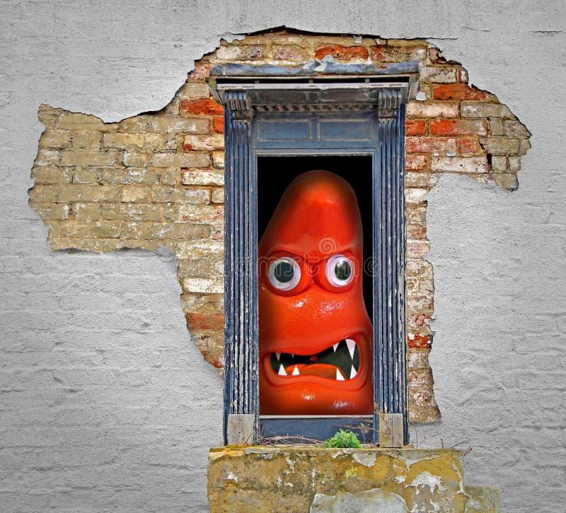 Monster på dörren i övergivet kusligt spökat hus arkivfoton