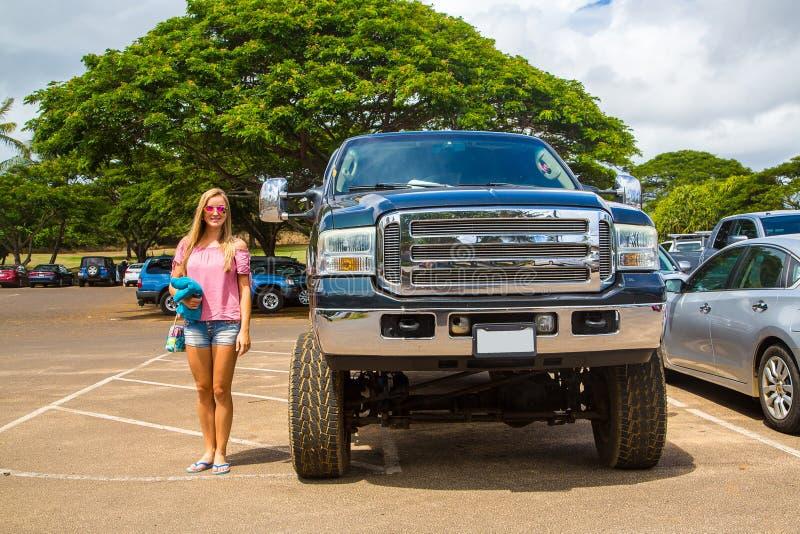 Monster truck enorme de Ford con respecto a una señora joven fotografía de archivo libre de regalías