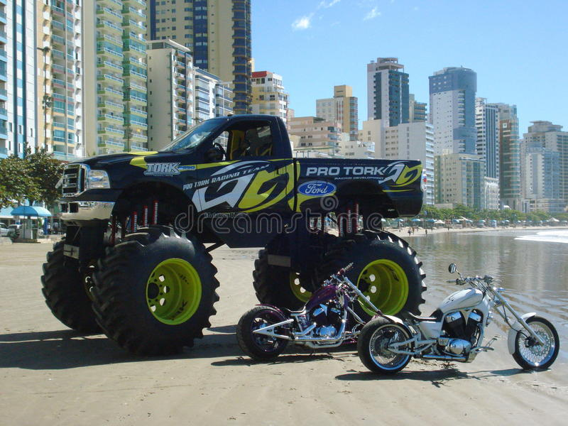 Monster truck na praia fotos de stock