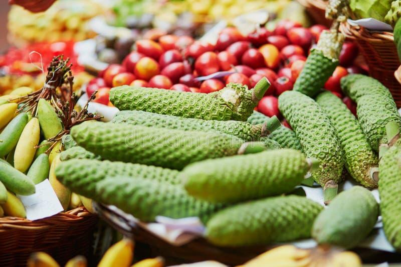 monstera deliciosa异乎寻常的果子在市场梅尔卡多dos Lavradores,马德拉岛海岛,葡萄牙的 库存照片