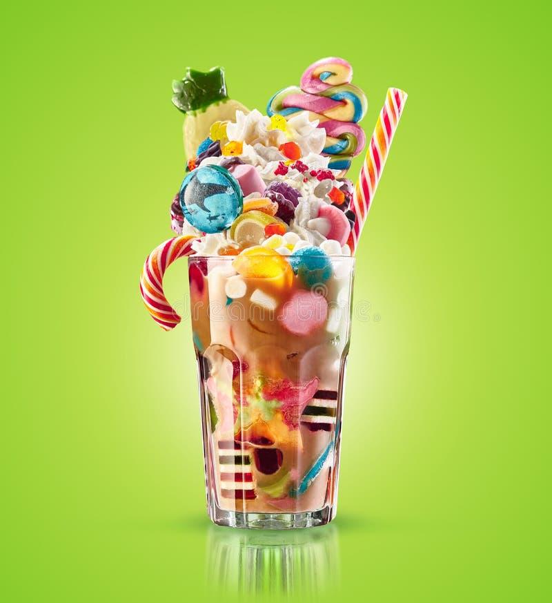 Monstererschütterung, ungewöhnliche Karamellerschütterung lokalisiert Buntes, festliches Milchshakecocktail mit Bonbons, Gelee Fa stockfotos