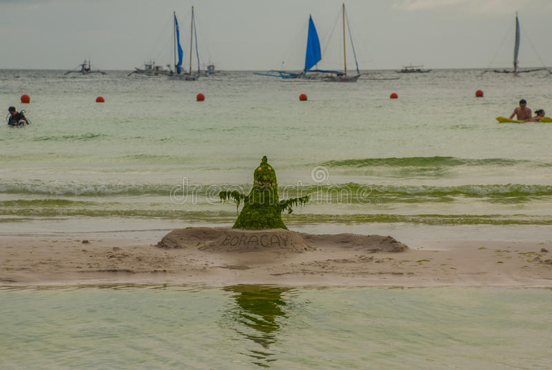 Monstermens uit zeewier en slijm wordt gemaakt dat Boracay, Filippijnen stock afbeelding
