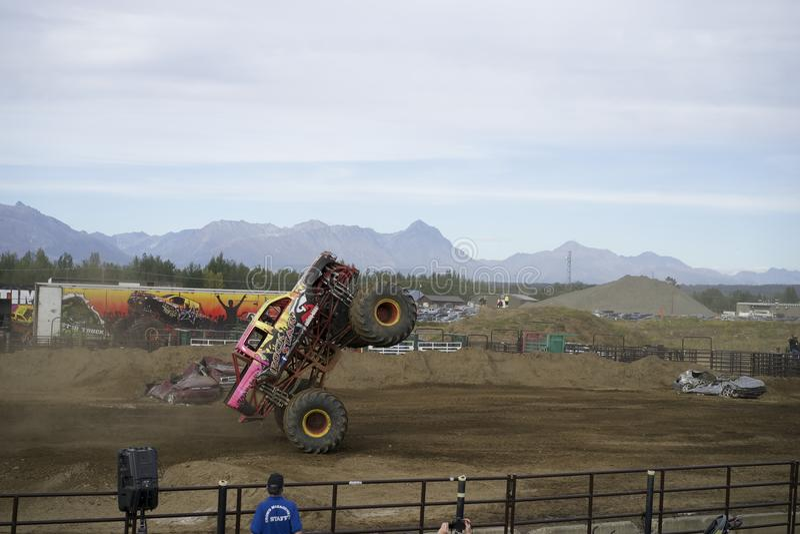 Monstertruck自行车前轮离地平衡特技 库存图片