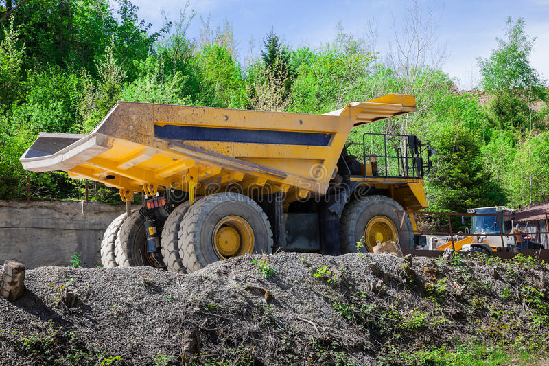 Monstertruck in einem Bergbau stockbild