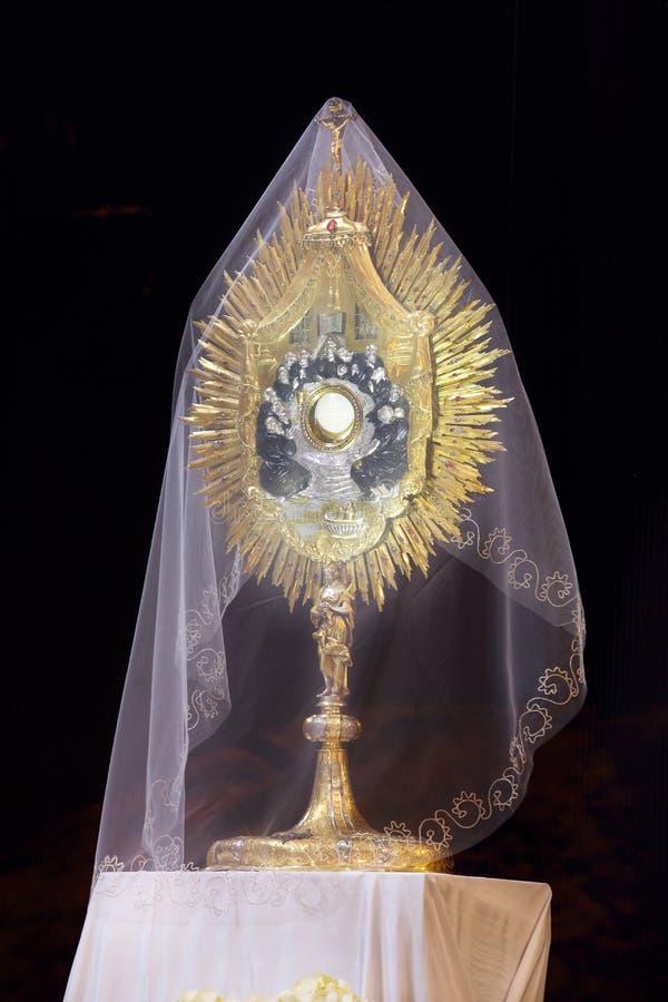 Monstrance con el cuerpo de Cristo fotografía de archivo