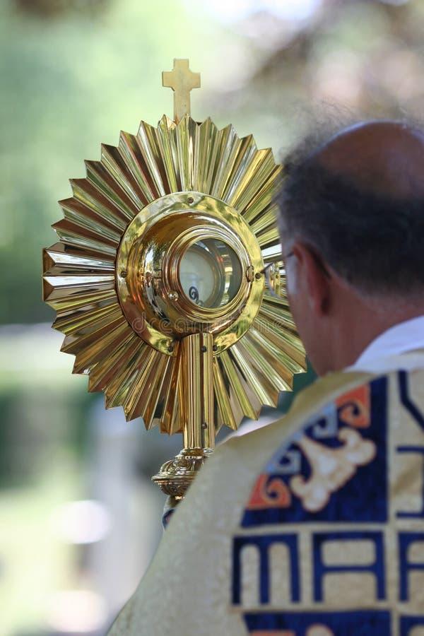 Monstrance della holding del sacerdote immagini stock