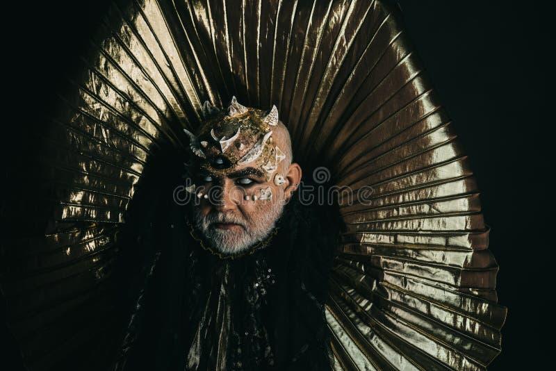 Monstre avec les épines et les verrues pointues, concept d'imagination et d'horreur Homme avec la peau de dragon et le visage bar photo stock