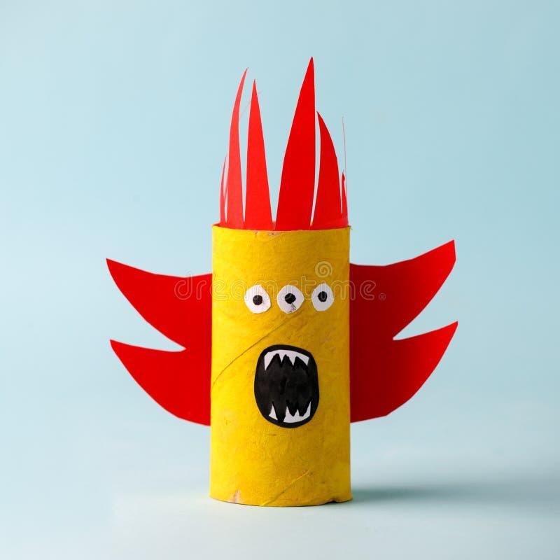 Monstre de Halloween sur le bleu pour le fond de concept de Halloween Métiers de papier, DIY Handcraft le tube créatif de toilett image libre de droits