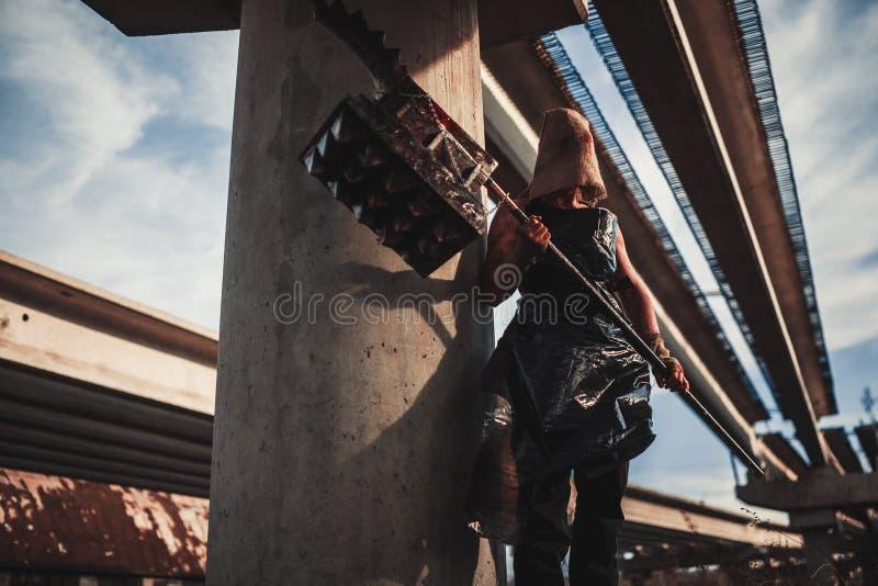Monstre de mutant avec l'arme sous la forme de marteau, de scie et d'une hache Ima images libres de droits