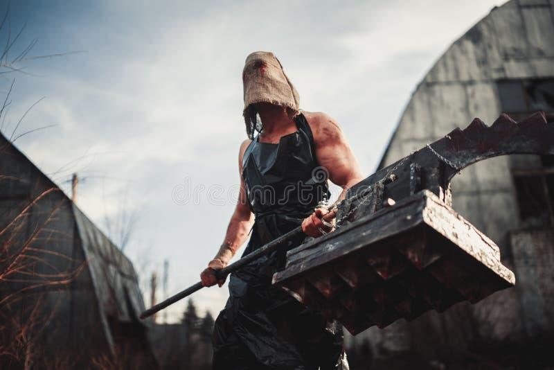 Monstre de mutant avec l'arme sous la forme de marteau, de scie et d'une hache Ima photo libre de droits