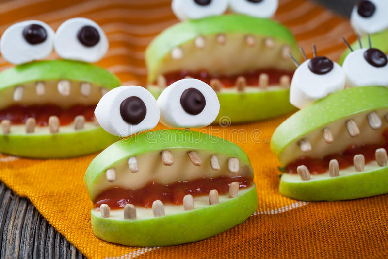 Monstro assustadores caseiros do alimento do Dia das Bruxas naturais imagem de stock