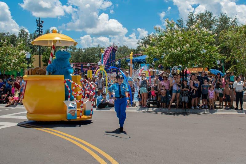 Monstro da cookie e mulher da polícia na parada do partido do Sesame Street em Seaworld 1 fotos de stock