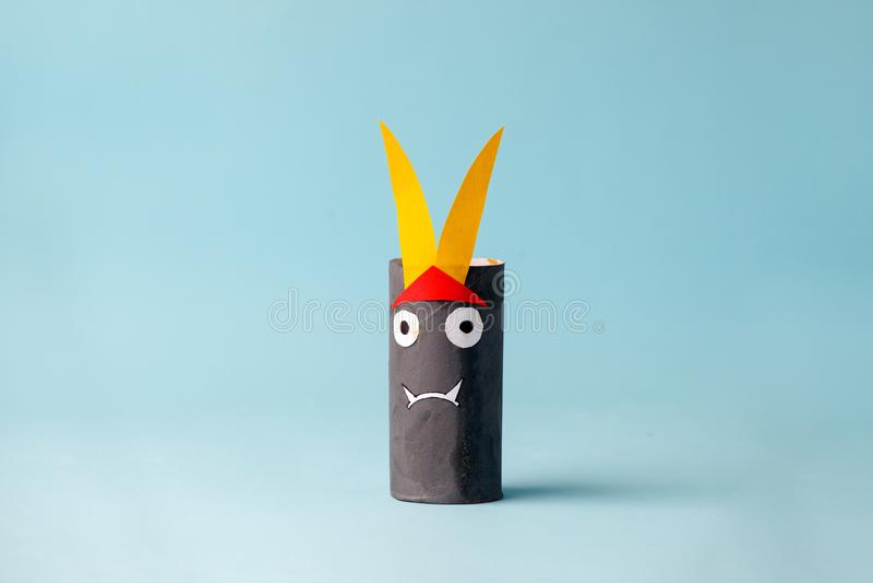 Monstro de Dia das Bruxas no azul para o fundo do conceito de Dia das Bruxas Ofícios de papel, DIY Handcraft o tubo criativo do t fotos de stock royalty free