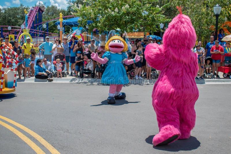 Monstro do alvorecer e da televisão da pradaria na parada do partido do Sesame Street em Seaworld 1 imagens de stock