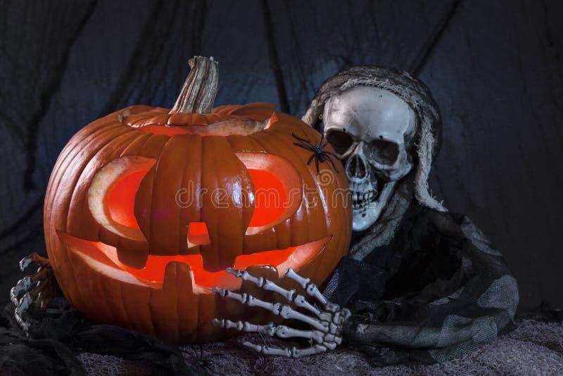 Monstro do crânio e abóbora de Halloween fotos de stock royalty free