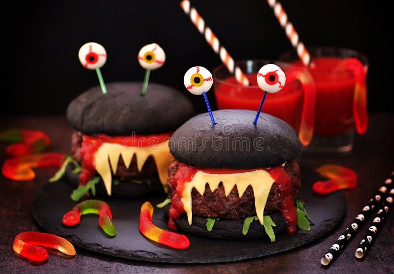 Monstruos de las hamburguesas para la celebración de Halloween fotografía de archivo
