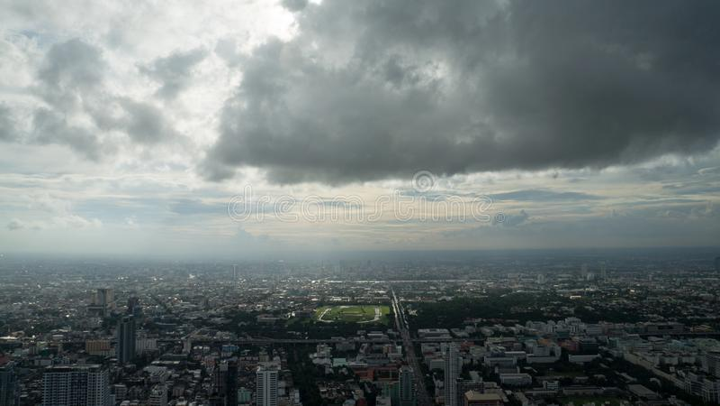 Monsun burza nad Bangkok - mglisty niebo obrazy stock