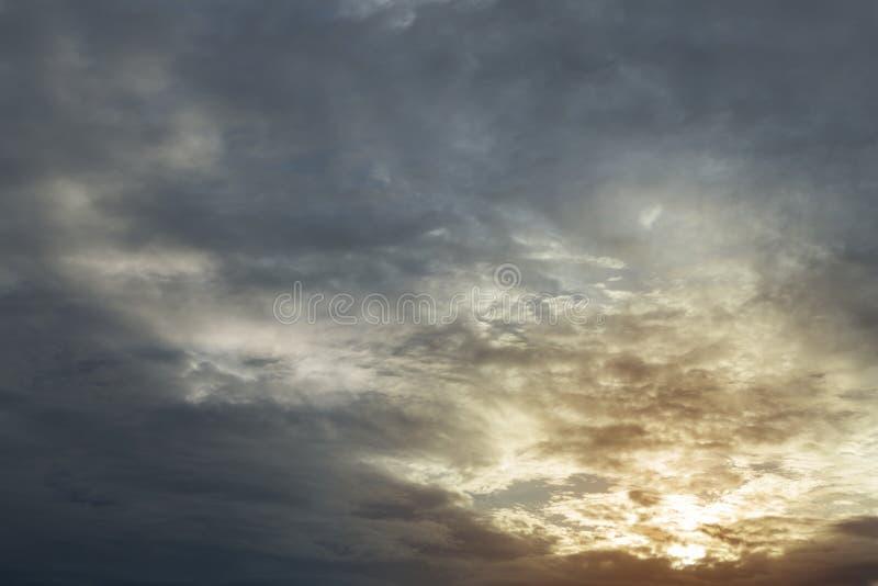 Monsun burzy pogodowy dramatyczny markotny podeszczowy niebo obrazy stock