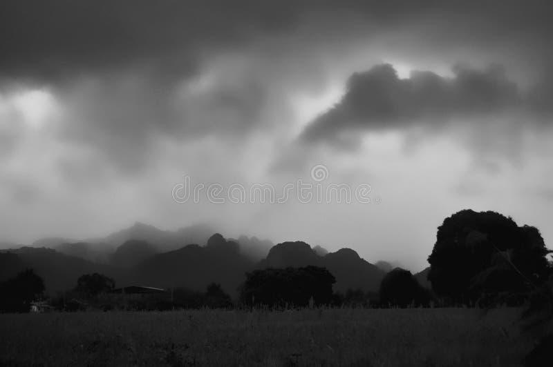 Monsun chmurnieje na Tajlandzkiej wsi obrazy royalty free