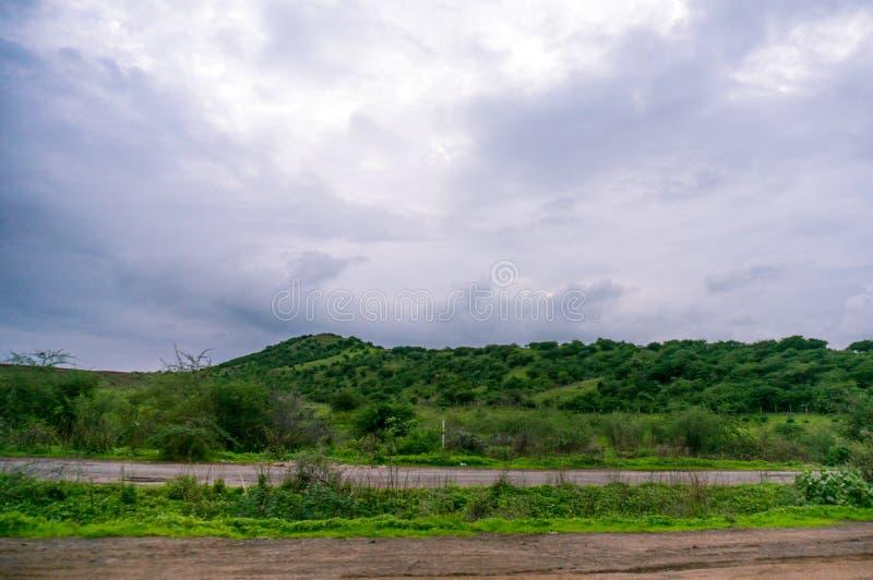 Monsun chmurnieje nad luksusowymi zielonymi wzgórzami obraz stock