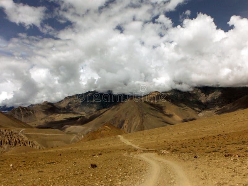Monsun Chmurnieje nad Pustynnym Himalajskim krajobrazem obrazy stock