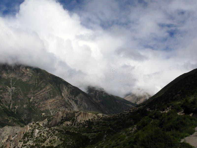 Monsun Chmurnieje w Suchych Górnych himalajach zdjęcia stock