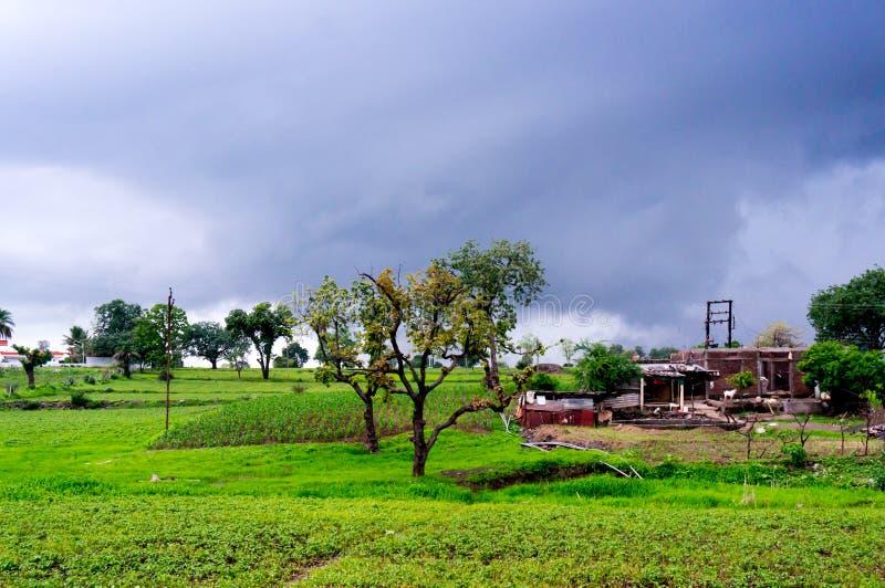 Monsun chmury nad polami i składową jatą zdjęcia stock