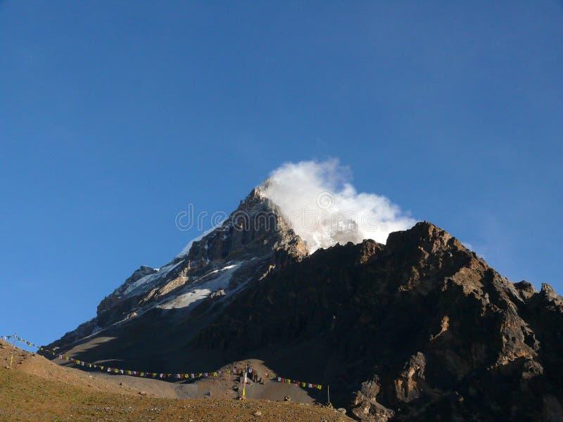 Monsun chmury Wtykać przeciw 6482m Yakwakang Himalajskiemu szczytowi obrazy stock