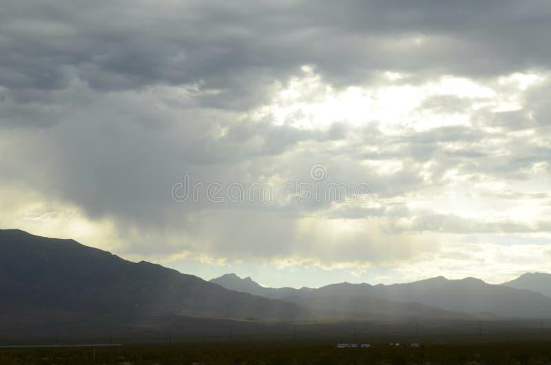 Monsun podeszczowe chmury nad pasmo górskie krawędzią sucha Mojave pustynia dolinny Nevada, usa fotografia stock